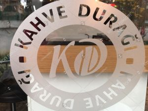 kumlama-folyo-logo-kesim-cama-uygulama